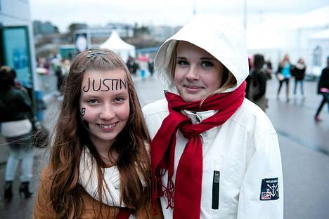 Vantaalaiset Minttu Männikkö, 12, ja Piia Kolari, 12, uskovat Justinin aidosti välittävän faneistaan.