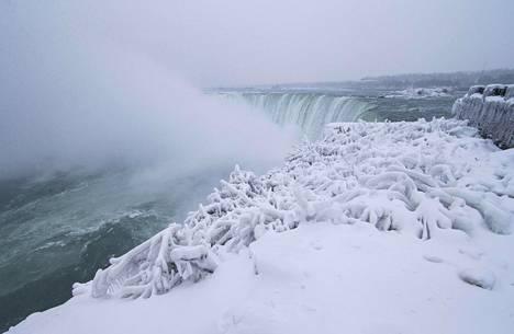 Lunta Niagaran putouksilla Kanadan puolella Ontariossa joulukuun 30. päivä.