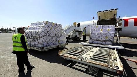 Lauantaina Sanaan lentokentälle Jemeniin tuotiin rokotteita ja avustustyöntekijöitä.