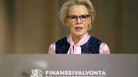 Fivan johtaja Anneli Tuominen tiedotustilaisuudessa tänään.