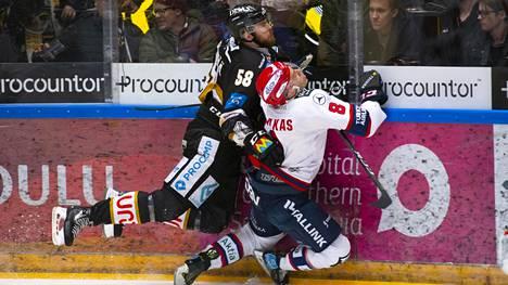 Kärppien Jani Hakanpää (vas.) antoi kyytiä HIFK:n Ville Varakkaalle välieräsarjan viidennessä ottelussa.