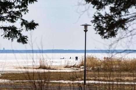 Oulunsalossa Peuhuntien lähellä pelastettiin ihmistä vedestä.
