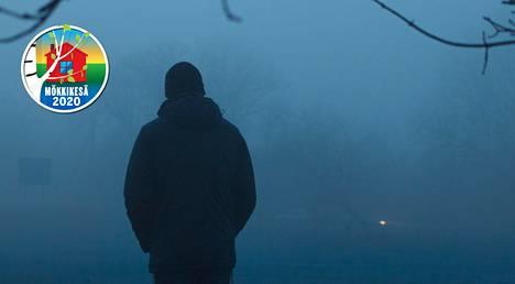 Mökkirantaan ilmestyi 2-4 kertaa kesässä tummiin pukeutunut mies, kertoo Ilta-Sanomien lukija.
