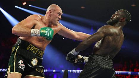 Tyson Fury (vas.) tyrmäsi Deontay Wilderin helmikuussa 2020.