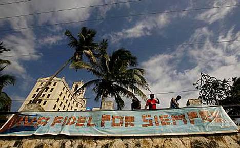 Kyltti Fidel eläköön ikuisesti havanalaisen hotellin edustalla.