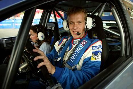 Harri Rovanperä lähdössä testaamaan autoaan ennen Neste Rallia kesällä 2002.