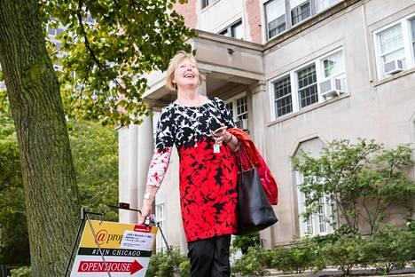 Kiinteistönvälittäjä Helena Koivisto esittelee asuntoa Michigan-järven rannalla.