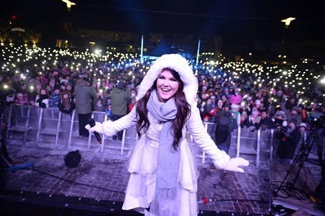 Oulun torilla järjestettiin Saara Aallon kotiinpaluujuhla joulukuussa 2016.