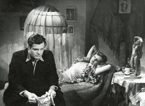 Onni pyörii -elokuvassa vuodelta 1942 Kauko (Tauno Palo) ihastuu vaaralliseen Eevaan (Regina Linnanheimo).