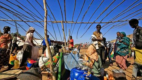 Tigrayn konfliktia paenneita etiopialaisia itäisessä Sudanissa Um Raquban pakolaisleirillä. Marraskuun alun jälkeen yli 43 000 pakolaista on paennut Sudanin puolelle.