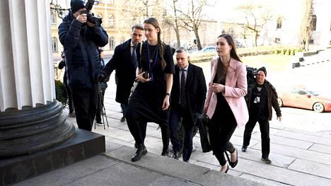Pääministeri Sanna Marin menossa eduskuntapuolueiden koronavirusta käsittelevään kokoukseen Säätytalolle Helsingissä 24. maaliskuuta 2020.