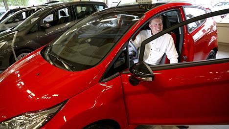 Helsingin Herttoniemessä sijaitsevan Autotalo Laakkosen Fordin myyntipäällikön Markku Turusen mielestä veronalennukset ovat tervetulleita.