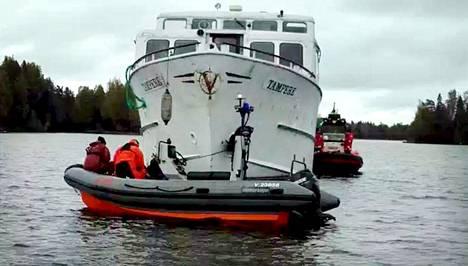 Pelastajat tutkivat sunnuntaina laivan kuntoa.