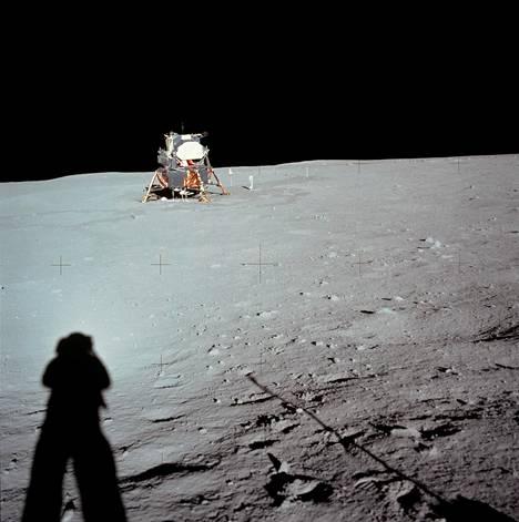 Tämä Armstrongin ottama kuva laskeutumispaikasta on rajattu.