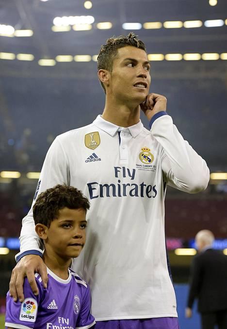 Cristiano Ronaldo Jr, 7, nähtiin kentällä isänsä kanssa Mestarien liigan finaalin jälkeen.