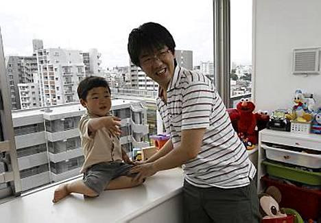 Mitsuhiro Sato leikkii kolmivuotiaan poikansa kanssa. Japanissa koti-isyys on harvinaista.
