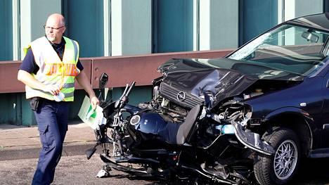Poliisin rikostutkijat työskentelivät Berliinissä A100-moottoritiellä keskiviikkona. Kuvassa oleva auto on epäillyn käyttämä Opel Astra.