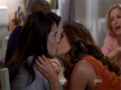Teri Hatcher ja Eva Longoria antavat huuliensa yhtyä.