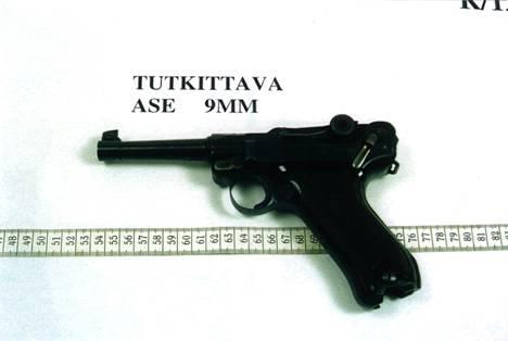 Tony Halmeen oikeudenkäynnin todistusaineisto 2004. Ase on parabellum.