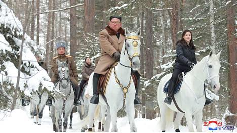 Pohjois-Korean johtaja Kim Jong-un vierailemassa Paektu-vuorella keskiviikkona julkaistussa kuvassa.