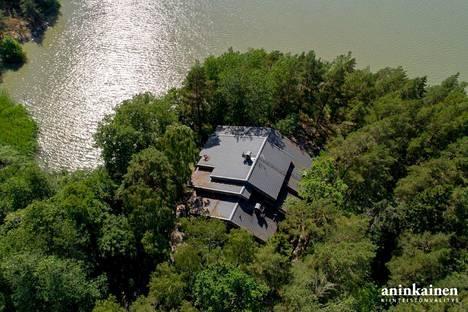 Järven rannalla sijaitsevan talon katto on kolmessa tasossa.