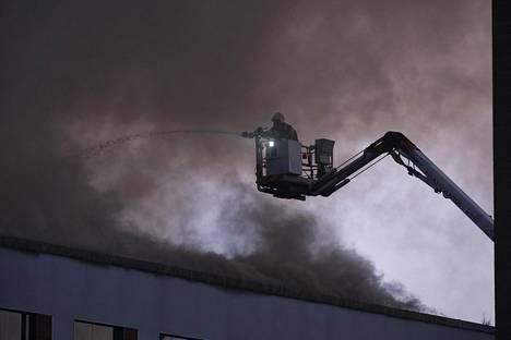 Ennen vuorokauden vaihtumista lauantaiksi tilanne ehti olla jo tämä: ilmiliekkejä ei näkynyt, vaan rakennus pelkästään savutti. Pian ilmiliekit kuitenkin syttyivät uudelleen ja palo lähti leviämään.