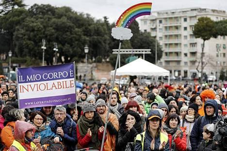 Kehoni on loukkaamaton, julistivat rokotuspakon kiristyksiä vastustavat mielenosoittajat Roomassa helmikuussa.