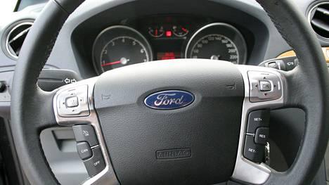 Ford Galaxyn matkamittarin vaihdon yhteydessä auto nuoreni 100 000 kilometriä. Kuvituskuva.