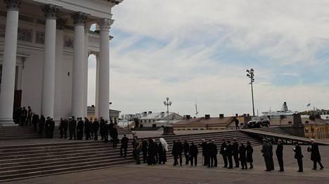Tuomiokirkon ulkopuolella oli pitkä jono vähän ennen Mauno Koiviston hautajaisten alkua.