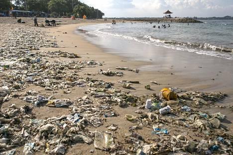 Muovijätettä Sanurin rannalla Balilla 12. huhtikuuta 2018.