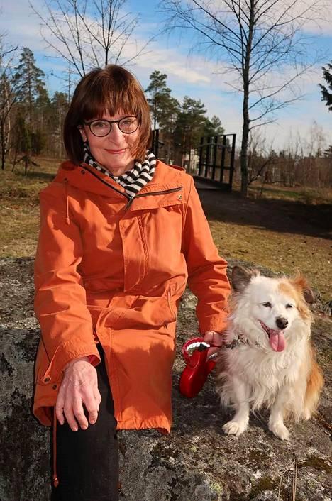 Ylen uutisista tuttu ankkuri Eva Polttila ulkoiluttaa kumppaninsa Touko Yrttimaan Kiara-koiraa kolme kertaa päivässä.