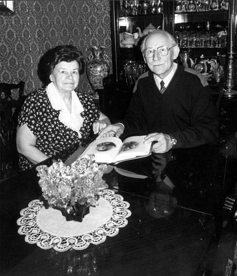 Viktor Vladimirov vaimonsa Kiran kanssa Moskovassa. Muistelmissaan Vladimirov kertoi taustastaan ja pereheestään vähän, mutta pariskunta oli tuttu näky monen suomnalaisvaikuttajan kotona.