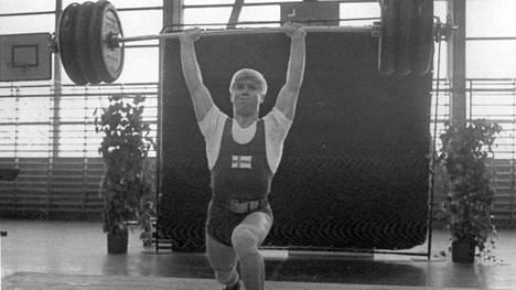 Ari Kurko nostaa rautaa suorille käsille nuorten PM-kisoissa 1967.