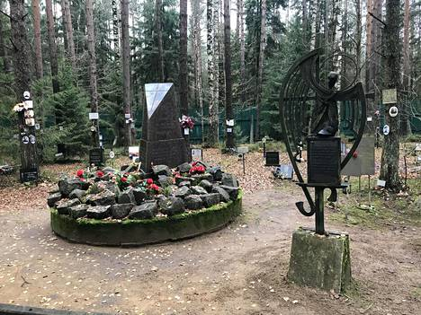 Suomalaisten ja inkeriläisten uhrien muistoalue joukkohaudalla.