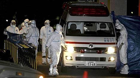 Ambulanssi kuljetti kaksi ihmistä sairaalaan Fukushiman ydinlaitoksesta torstaina. Yhteensä kolmen kerrottiin altistuneen säteilylle.