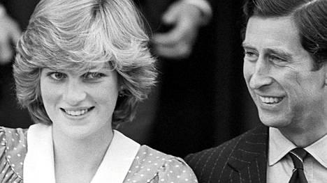 Prinsessa Diana ja prinssi Charles hymyilivät näin onnellisina esitellessään tuoretta jälkikasvuaan, vastasyntynyttä prinssi Williamia, maailmalle vuonna 1982.