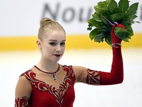 Viveca Lindfors Finlandia Trophyssa Espoossa lokakuussa 2018. Seuraavana vuonna luistelijan selkävaivat pahenivat, ja hän joutui jättämään väliin muun muassa Japanin MM-kilpailut.