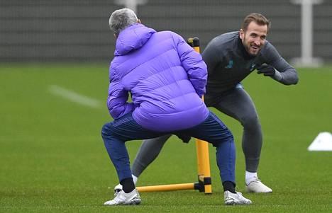 Harry Kanella (oik.) ja Jose Mourinholla oli hauskaa Tottenhamin harjoituksissa maanantaina.