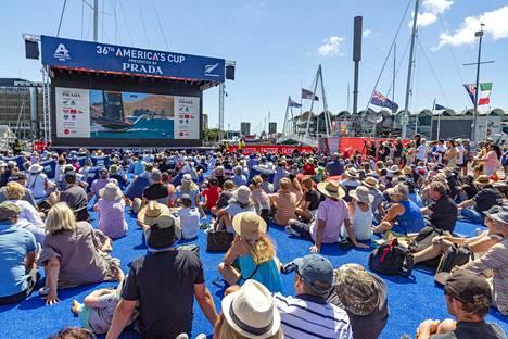 Ennen sunnuntaista koronahälytystä yleiset kokoontumiset olivat palanneet Uuden-Seelannin katukuvaan. Yleisö seurasi tunnettua purjehduskilpailua America's Cupia Aucklandissa 15. tammikuuta.