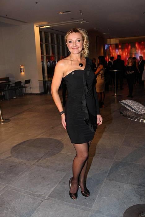Mari Perankoski juhli gaalassa 2013 pikkumustassa.