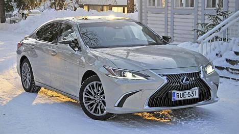 Lexus ES on saavuttanut Euro NCAP -törmäystestissä erinomaiset tulokset. Lexus Safety System + -järjestelmään ominaisuuksiin kuuluu nyt muun muassa Pre-Collision System -järjestelmän pyöräilijöiden tunnistus.