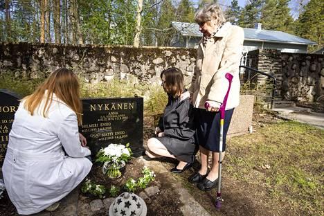 Mäkikotkan viimeinen leposija on Jyväskylän Vanhalla hautausmaalla sukuhaudassa. Haudalla siskot Tuija (vas.) ja Päivi sekä äiti Vieno.