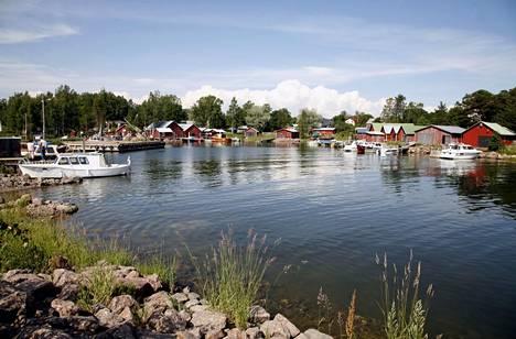 Kaunissaari on tunnettu kesäparatiisina, josta löytyy myös kylä palveluineen.
