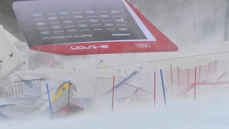 Myrskytuuli heitteli pehmusteita, telttoja, mainosaitoja ja muuta irtainta ympäriinsä Itävallan Semmeringissä, jossa laskettiin alppihiihdon maailmancupin naisten suurpujottelun osakilpailua.