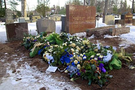 Timo T.A. Mikkonen haudattiin isovanhempiensa ja vanhempiensa viereen.