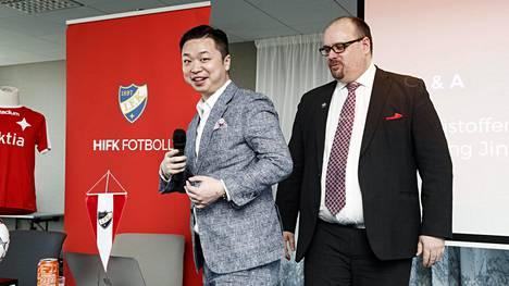 Lucas Jin Chang (vas.) ja Christoffer Perret HIFK:n lehdistötilaisuudessa Helsingissä 14. toukokuuta 2019, jolloin Lucasin omistukseen siirtyi 51,9 prosenttia helsinkiläisseurasta.