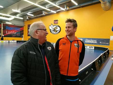Seppo Pulkkinen (vas.) ja Joonas Kaasalainen vastaavat O2-Jyväskylän edustusjoukkueiden valmentamisesta. Kaasalainen kuuluu myös Pulkkisen johtamaan Australian maajoukkueen valmennustiimiin.