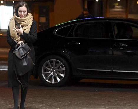 Liikenne- ja viestintäministeri Sanna Marin (sd) saapui Sdp:n puoluehallituksen kokoukseen torstaiaamuna. Puoluehallituksessa puitiin IS:n juttua, jossa kerrottiin Rinteen tuenosoituksista Marinille.