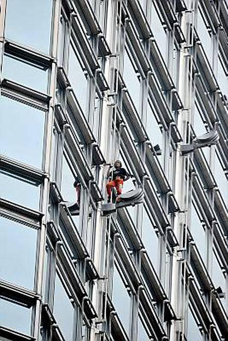 Alain Robert kiipesi 73-kerroksisen Cheung Kong Centerin katolle Hongkongissa.