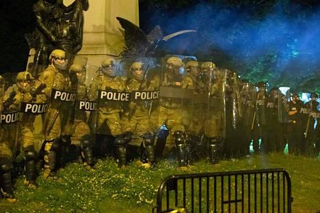 Mellakkapoliiseja Washingtonissa. Kuvat Yhdysvalloista tuovat mieleen ne mitä viime vuonna näpsittiin Hongkongissa.